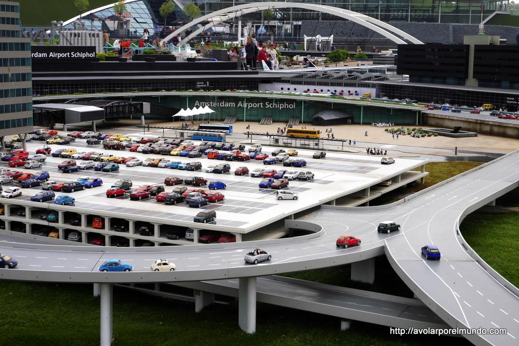 Estacionamiento y acceso principal