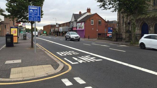 El carril para buses y su cartel indicador.